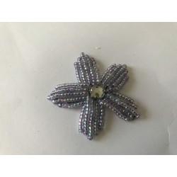Fleur avec perle