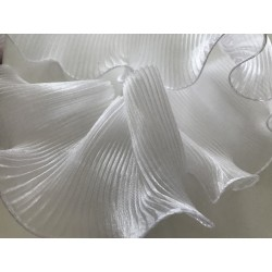 Volant blanc plissé ondulé
