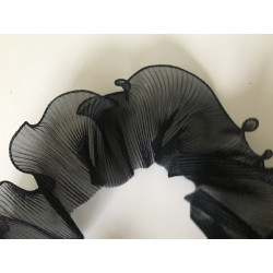 Volant noir plissé ondulé